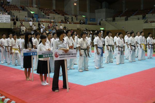 「一般の部」29名、「高校生の部」24名が一同に顔を揃えた開会式。胸に必勝を誓う。
