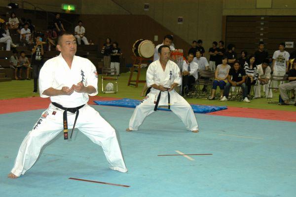 内田一郎(右)・中村浩(左)両師範代による型の演武、「征遠鎮」