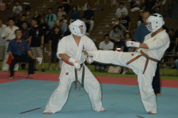 「高校生の部」3位決定戦、筒井政徳(左)と犬塚義貴(右)の対戦。本戦終盤、犬塚がパワーラッシュを仕掛け、5-0の判定勝ちを収めた。