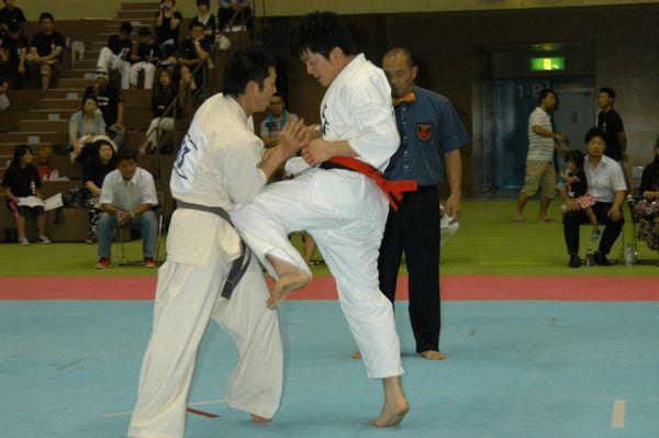昨年王者・浅野英樹(左)と岡田秀一(右)が準決勝第二試合で激突!浅野が真っ向勝負を挑み、壮絶な打ち合いを展開。本戦後半、岡田がラッシュで浅野を追い込み、5-0の判定勝利。