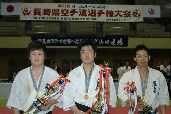 「一般の部」入賞者。左から準優勝・立石達也、優勝・岡田秀一、三位・浅野英樹。
