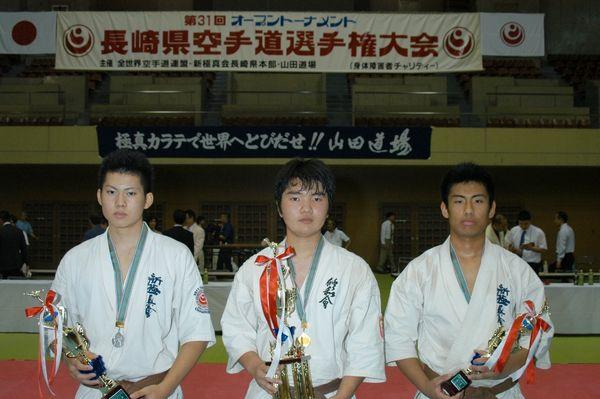 「高校生の部」入賞者。左から準優勝・勝又隆貴、優勝・釜堀竜希、三位・犬塚義貴。