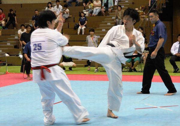 「一般の部」決勝戦は昨年と同じ岡田(右)・立石(左)両雄の対戦。両者全力を出しつくした熱戦は体重判定へともつれ込んだ。