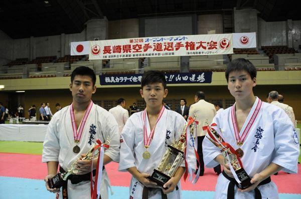「高校生の部」入賞者。左から準優勝・犬塚義貴、優勝・大坪裕希、三位・立石大樹。