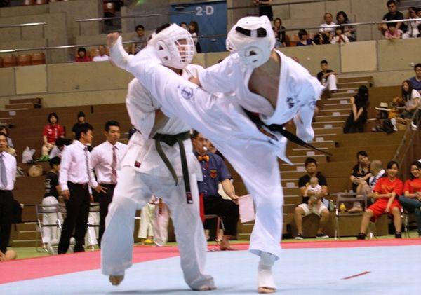 「高校生の部」3位決定戦。筒井(左)が積極的に前に出るが、立石(右)はステップでこれをかわし、上段前蹴りを連続で決め、合せ一本勝ち。