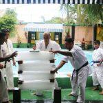 ムトゥクマラナ師範による氷の板4枚の手刀割り