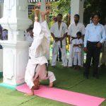 74歳のムトゥクマラナ支部長による頭での倒立